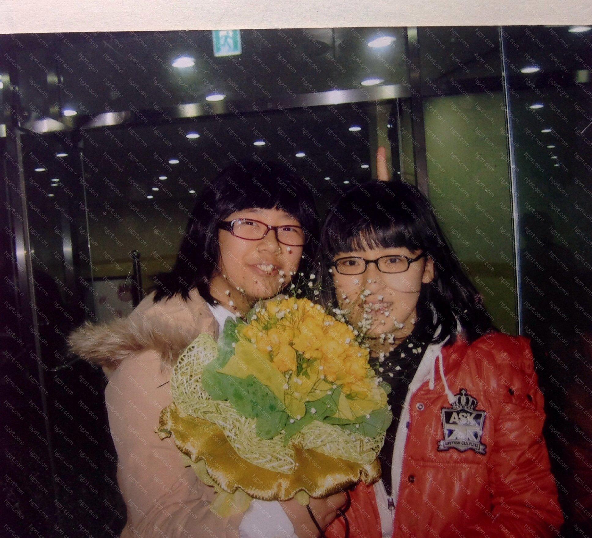 这是圣诞节的时候跟同学一起的合影,谁没有几张想要撕掉的照片呢