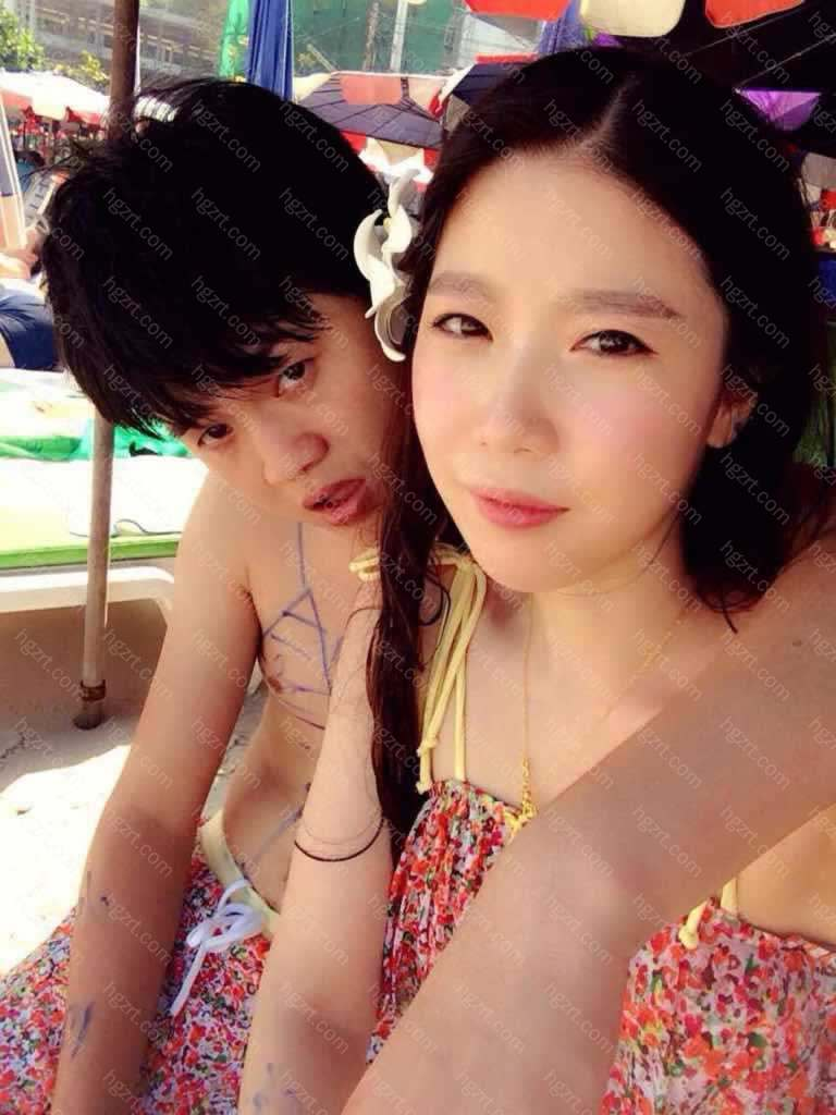 这是之前去泰国旅游的时候和老公拍的照片 化了妆贴了双眼皮贴双眼皮仍然被肿眼泡挡的看不见双眼皮