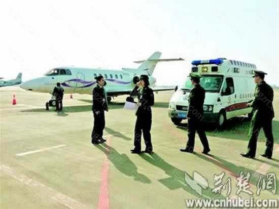 图为:包机抵达天河机场 通讯员田剑清摄