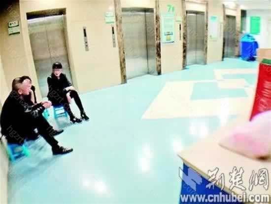 图为:患者亲属在病房门口焦急等待 楚天都市报记者叶茂林摄
