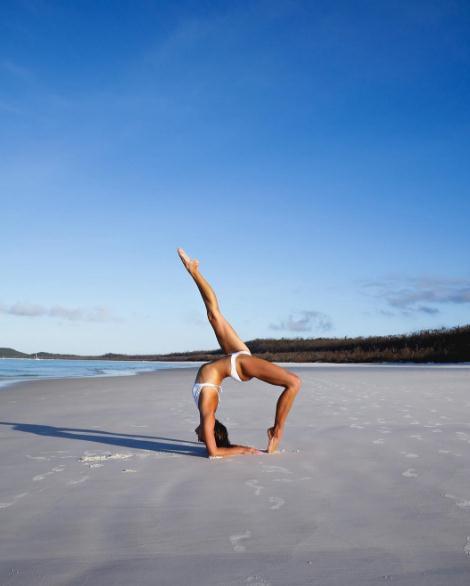 撑杆跳运动员变瑜伽女神 姿势撩人