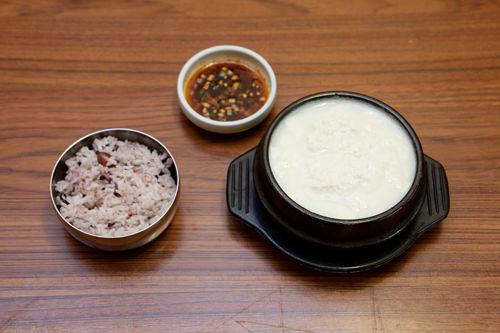 一家可以品尝嫩豆腐、豆腐菜包饭的多种豆腐美食的人气料理店