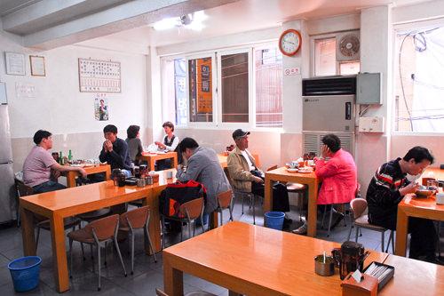 地处南大门市场,人气平壤冷面、绿豆煎饼老字号美食店