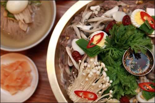 韩国首尔以水泡菜制胜的豪华牛肉火锅与冷面店