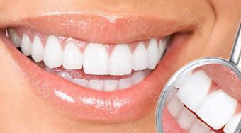 压迫牙龈可以取下来    如果烤瓷牙与牙龈接触的地方有发白,同时自己还有疼痛感,甚至时不时还有血渗出,就说明牙龈被压迫,血运不畅。    如果不重装的话,容易导致牙龈问题更严重,可能引发牙龈萎缩、牙龈炎、牙周病等。