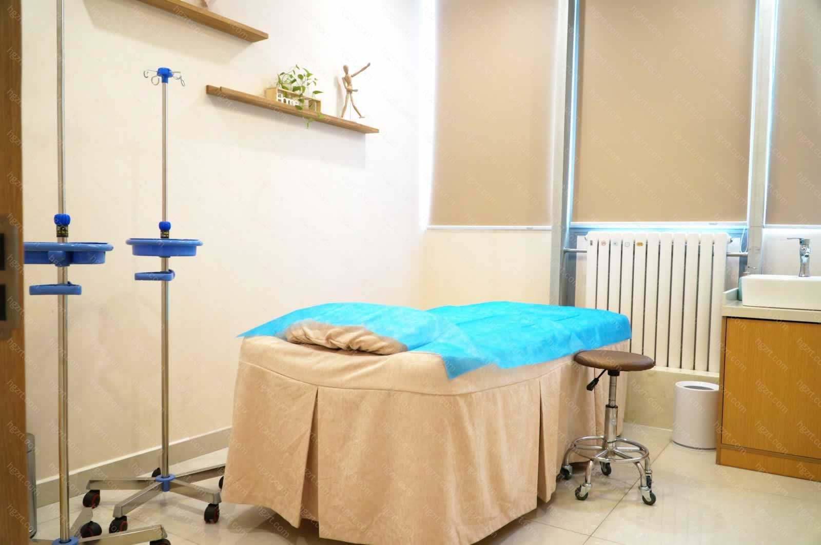 """目前主要开展""""自体脂肪活性移植、年轻化抗衰、高难度眼鼻修复、高端品质植发""""四大知名诊疗项目"""