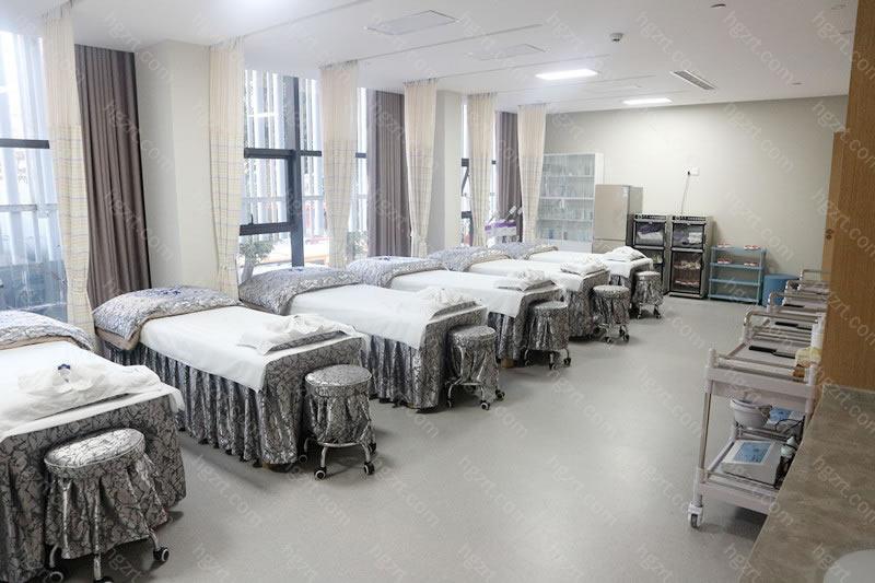 福州市台江区海峡医疗美容门诊部有限公司设有整形外科、美容皮肤科、无创微整形科、口腔科等科室