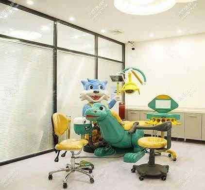 是一家以牙齿种植、牙齿正畸、美学修复、牙周治疗为特色的口腔医疗机构