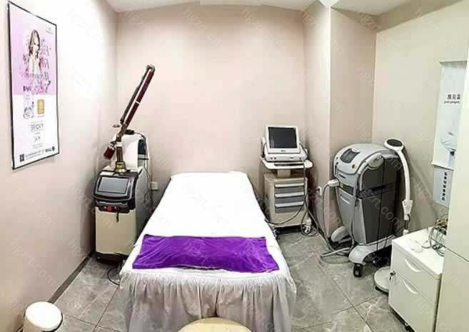哈尔滨美珊整形成立到现在有20多年了,是一家经过卫生部门批准的正规的美容机构。医院环境很不错,拥有四层楼,开设了医疗、激光、皮肤、抗衰、形象设计等五大中心。