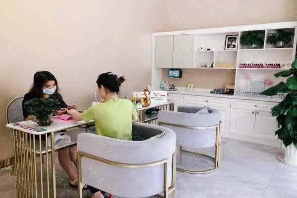 惠州汇美华鑫医疗美容是经当地卫生部门批准成立的一家现代化美容机构,地址位于惠州市河南岸演达一路南翠花园5-7栋02-04号商场,环境优雅,方便大家来院就诊。