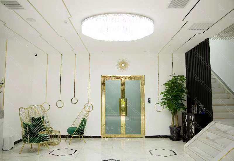 丽星翼美医疗美容位于我们美丽的首都北京市中心,他西面靠着二环朝阳门、东面是世贸天阶、南面是繁华热闹的建国大门。医院环境非常的温馨,各个科室齐全,院内设有美容科、皮肤科、微创注射科、麻醉科等等科室。