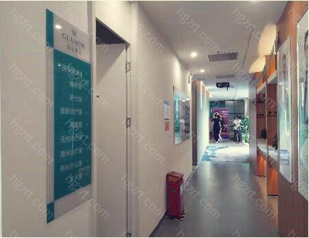 广州如花整形的特色项目有鼻部整形,眼部整形,以及各项手术的修复,自体脂肪填充,私密整形,面部年轻化等,让顾客可以全方位的变美。