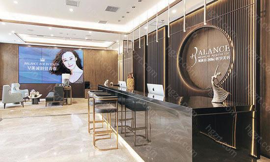 加减美医疗美容处于二环之内的北京文化核心区,与着名的梅兰芳大剧院毗邻而居,以独特的装修风格和超凡的梦幻空间演绎医美抗衰的时尚新风标。