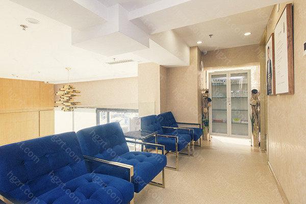 北京熙朵植发拥有各国技术较好的医生,并在创始人李会民院长的带领下成立了精英医护团队,有先进的技术和特别健全的手术前和手术后的体系管理,成为大家可以信赖的植发医院。