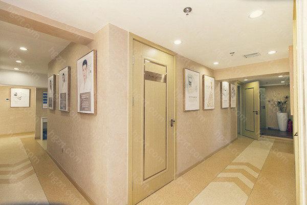 北京熙朵植发有10多年的毛发移植经验,拥有目前特别先进的SFUE+AHT种植系统,而且价格合理,收费透明化,成功移植了5万多例毛发的案例,技术深得大家的喜爱,是行业内的佼佼者。