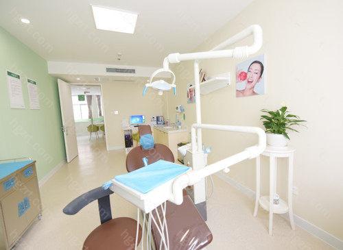 深圳美莱口腔科全方位选用无疼手术治疗技术性,下设立栽种、牙齿矫正、修补、医治、健康保健、少年儿童等部门,进行种植牙齿、烤瓷牙美牙套、隐形牙齿矫正、牙齿正畸美容护肤、美白牙齿等口腔专业服务。华美口腔内部以技术专业的技术性,高品质的服务项目,获得诸多的明星信赖