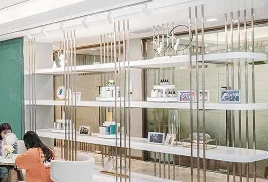 苏州美莱美容医院位于护城河边,舒适的休闲区、诊疗环境可以达到五级的体验、千级层流的无菌手术室,是一家具有影响力的医疗美容整形医院。