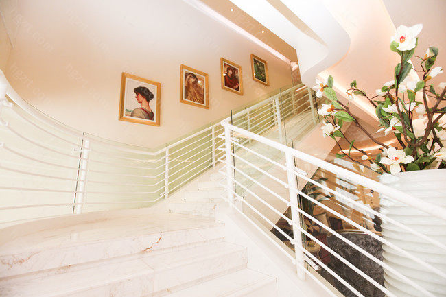 北京美莱整体装修风格比较大气,比较重视顾客的体验,能够为顾客的体验提供安全和舒适的就诊环境,医院还提供了一对一的咨询服务,让顾客能感受到家人般的温暖。