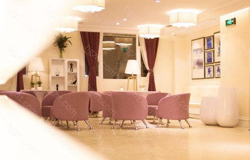 郑州美莱医疗美容医院拥有完整的售后系统,采用一对一跟踪,有专业的客服在求美者出院的不同时间进行对求美者恢复情况的了解。