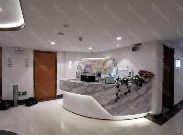 曲靖华美美莱美容医院坐落于云南省曲靖市麒麟区麒麟南路481号—485号,医院营业面积达到了1200平方米。院内有医疗美容管理中心、皮肤美容科管理中心、医师库资源中心、中药美容管理中心几大科室组成。