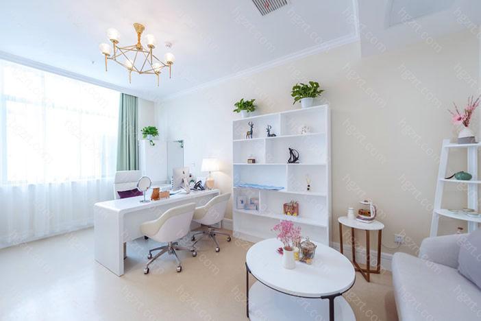 苏州紫馨医疗美容医院融合了中韩美等医疗美容界的整形美容精锐人员,结合了高档技术性优点和我国临床医学特性,为求美者提供全面的沟通交流确诊、精准的整形美容计划方案和合理的健康服务。