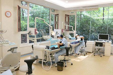 所以说不论是私人牙科还是口腔医院都各有各的优势。如果是洗牙、拔牙建议去医院,因为收费上会有所优势,如果是种植矫正大项目建议两边都去看看对比一下价格。