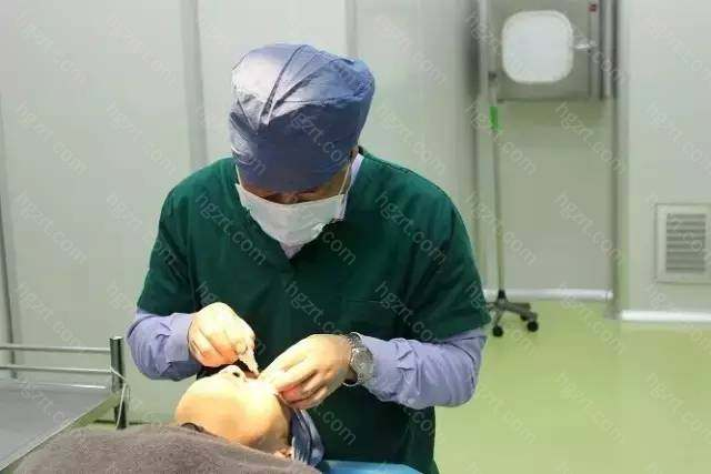 1、精细设计:北京俯大整形医院去眼袋专家依据眼袋的具体情况进行设计