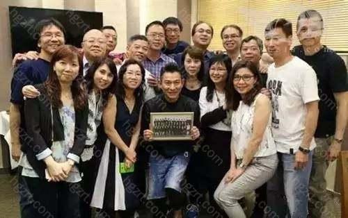 再看看:刘德华与同学合影