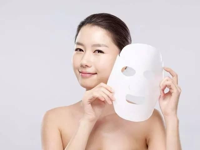 护肤:面膜里塑料纸直接扔掉?整张面膜都白敷!