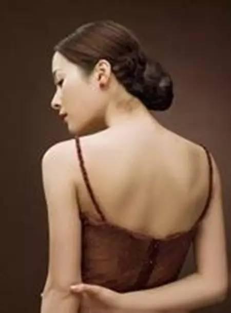 美容师课堂:背上长痘的原因如何祛痘不留疤?