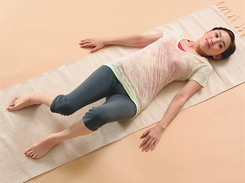 运动|只能穿裙子遮住盆骨?都是盆骨歪斜惹的祸!原来躺对方法就能改善!